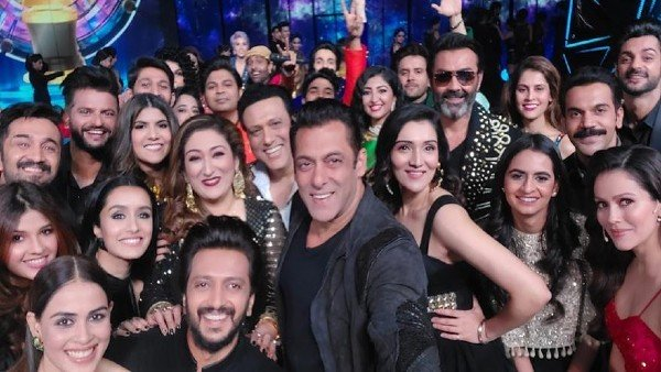Indian Pro Music League: Salman Khan Poses With Govinda, Shraddha Kapoor, Rajkummar & Others For Grand Selfie