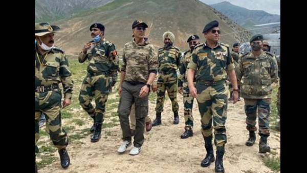 Akshay Kumar Spends Time With BSF Army Officials, Calls It A 'Humbling Experience'