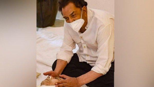 Dharmendra Touches Dilip Kumar's Face One Last Time; Shares Picture Saying 'Mujhe Dikhawa Nahi Aata'