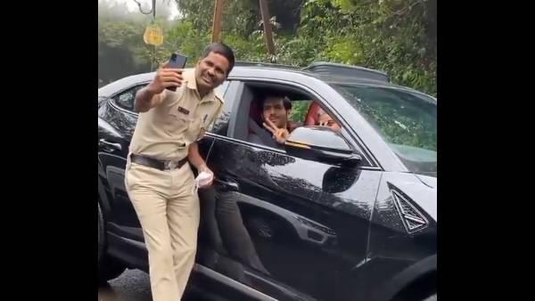Kartik Aaryan Obliges Patrol Cops With A Selfie