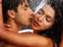 https://www.filmibeat.com/img/2009/07/27-shahid-priyanka-190408.jpg