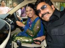 https://www.filmibeat.com/img/2011/10/12-ashutosh-renuka-bmw-121011.jpg