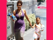 https://www.filmibeat.com/img/2013/07/29-halle-berry-pregnant.jpg