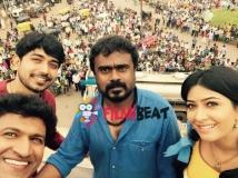 https://www.filmibeat.com/img/2015/06/16-1434436569-puneeth-selfie-moment-with-dodmane-huduga-team-1.jpg