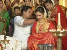 https://www.filmibeat.com/img/2017/09/parvathy-ratheesh-wedding-06-1504695559.jpg