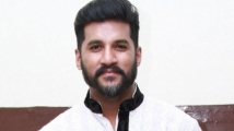 https://www.filmibeat.com/img/2020/11/vijay-yesudas-meets-with-an-accidently-narrowly-escapes-1604426240.jpg
