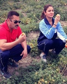 Salman & Anushka Enjoying Organic Tomatoes