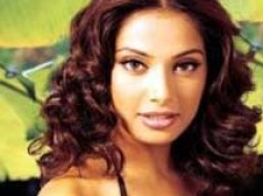 Bipasha performs despite wardrobe malfunction