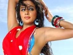 Priyamani gets glamorous in Sadhyam