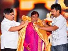 Rajamouli felicitates Magadheera technicians