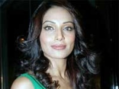 Bipasha Basu pampered on Singularity sets