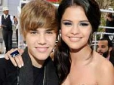 Paparazzi make film out of Bieber, Gomez's movie date