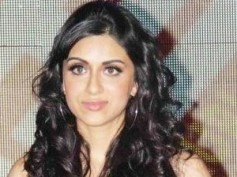 Showstopper Zoa Morani slips at Lakme Fashion Week 2012