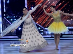 Kareena Kapoor Dazzles, Even Overshadows Madhuri Dixit On Jhalak Dikhhla Jaa 7!