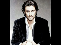Kunal Kapoor Tries His Hands On Painting