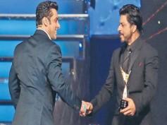 OMG! Shahrukh Khan Hands Over His Award To Salman Khan (Clip)