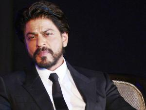 SHAMEFUL! Shahrukh Khan's Car Pelted With Stones By Goons