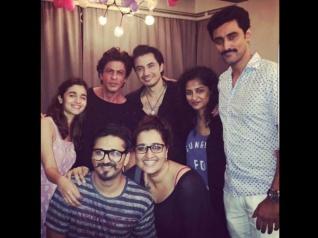Shahrukh Khan & Alia Bhatt's New Pic With Dear Zindagi Team!