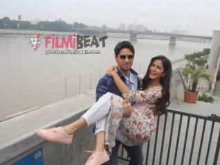 Katrina & Sidharth Go Lovey Dovey During BBD Promotion!