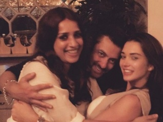 Salman Spotted Partying With Amy & Waluscha