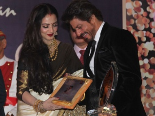 Shahrukh's WOW Pics With Rekha From An Award Function!
