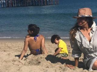 Gauri Khan Sunbathes With Suhana & AbRam At Malibu! Pic