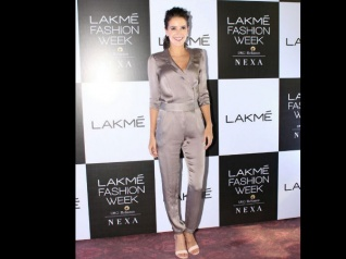 Isabelle Kaif THROWS A POINTLESS TANTRUM At A Recent Event
