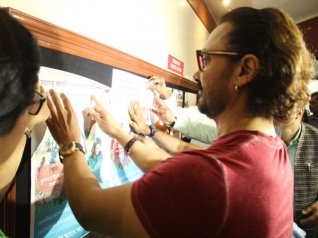 Aamir Visits College To Pin-up His Paani Foundation Posters!