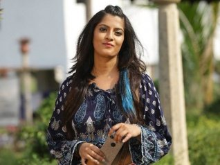 Varalaxmi Brutally Attacks Vishal For This Shocking Reason