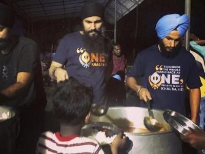 Randeep Hooda Goes To Kerala & Serves Food To The Needy