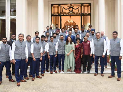 Anushka Trolled For Being With Virat In The Team India Pic!