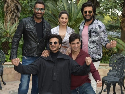 Total Dhamaal Team Poses For Pictures During Promos