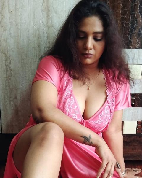 எந்த டிரெஸ் போட்டாலும் இப்படிதானா.. கோமாளி பட   நடிகையின் அடேங்கப்பா போஸ்!