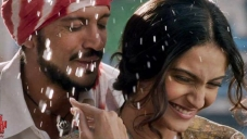 Farhan Akhtar and Sonam Kapoor still from Bhaag Milkha Bhaag