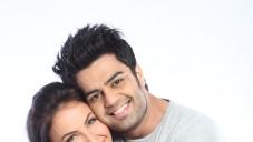 Manish Paul hugs Elli Avram still from film Mickey Virus