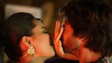 Sonakshi Sinha and Shahid Kapoor still from film R... Rajkumar