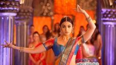 Alia Bhatt still from 2 States film song Iski Uski