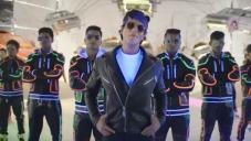 Shahrukh Khan in Dilwale Tukur Tukur Song Still