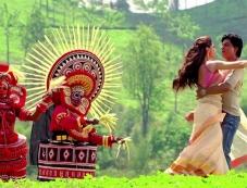 Deepika Padukone and Shahrukh Khan still from Titli song of Chennai Express Photos