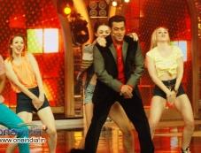 Salman Khan dancing on Humka Peeni hain at Bigg Boss 7 Photos