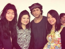 Shahrukh Khan snapped with group of fans during his Temptation Reloaded 2013 rehearsels Photos