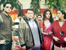 Abhishek Bachchan, Asin, Rishi Kapoor and Smriti Irani on the sets of film Mere Apne Photos