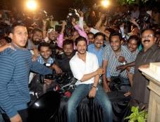 Shahrukh Khan poses with media on his 48th birthday in Mumbai Photos
