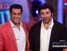 Sunny Deol with Salman Khan on the sets of Big Boss 7 Photos