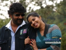 Vignesh and Devika still from film Poonai Photos