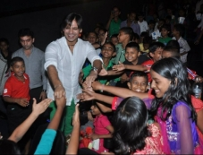 Vivek Oberoi thanked by the kids at the special screening of Krrish 3 Photos