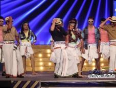 Shahrukh Khan performs for Lungi dance song at Umang 2014 Photos