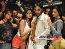 Tarun and Akshida still from Yuddam Movie Photos
