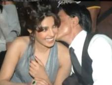 Shahrukh Khan Kissed Priyanka Chopra kissed in public Photos