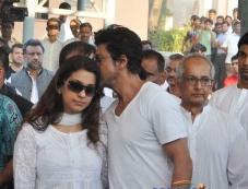 Shahrukh Khan with Juhi Chawla at Bobby Chawla's funeral Photos